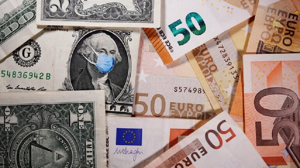 اليورو يقفز والدولار يهوي لأدنى مستوى في عامين متأثرا بكورونا