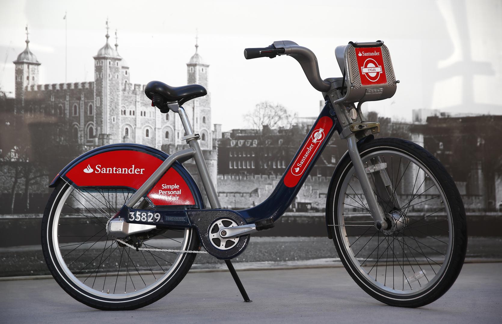 رئيس الحكومة البريطانية يتعهد بإنفاق مبالغ ضخمة للتحول عن قيادة السيارات إلى الدراجات والمشي