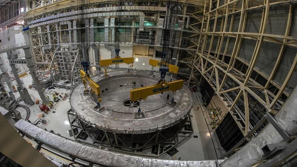 جانب من عمليات تركيب المفاعل