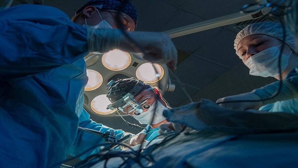 الجراحون الروس يجرون عملية جراحية فريدة للقلب
