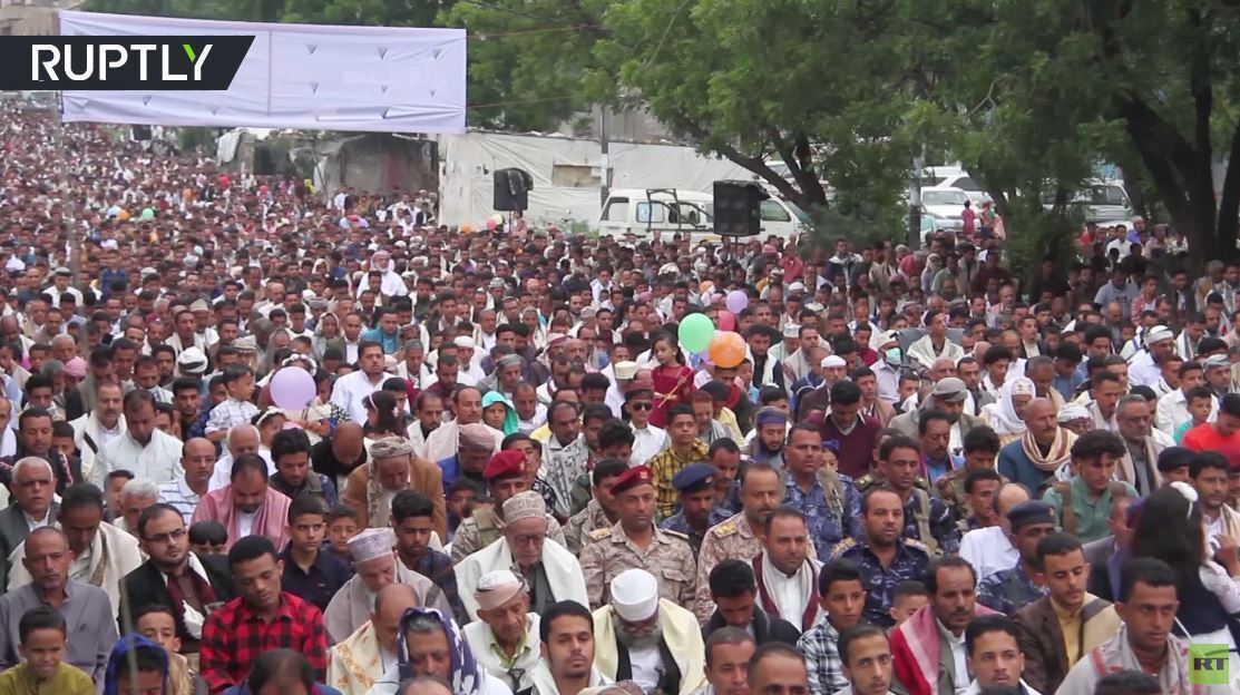 رغم كورونا.. الآلاف يجتمعون وسط تعز للاحتفال بعيد الأضحى