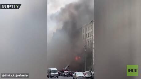 حريق يشب في بناية تاريخية وسط موسكو