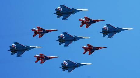 """فريق """"فرسان روسيا"""" للألعاب البهلوانية يتسلم دفعة من مقاتلات """"سو- 35"""""""