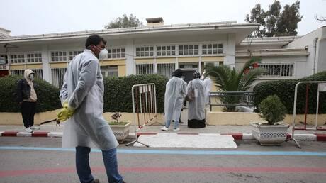 مدير مستشفى جزائري يلقي بنفسه من الطابق الأول هربا من أهل متوف بكورونا