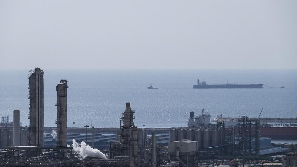 إيران تنظف بقعة نفطية في شمالي الخليج