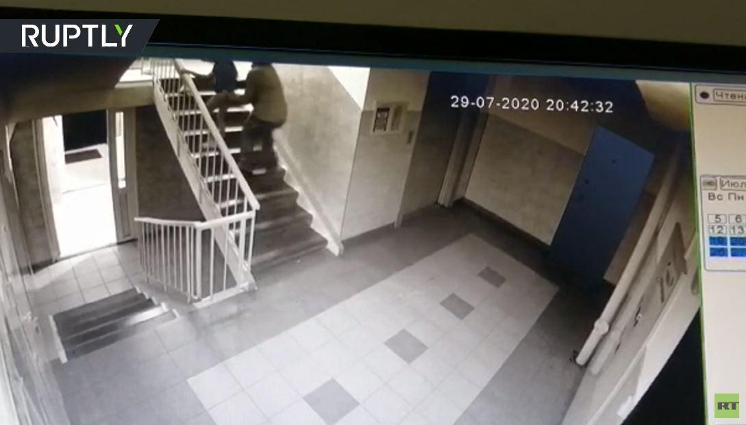 لحظة هجوم رجل على طفلة صغيرة في أومسك الروسية