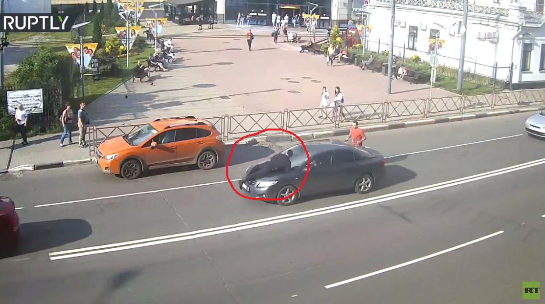 مُحضر محكمة يقفز على مقدمة سيارة هاربة من العدالة