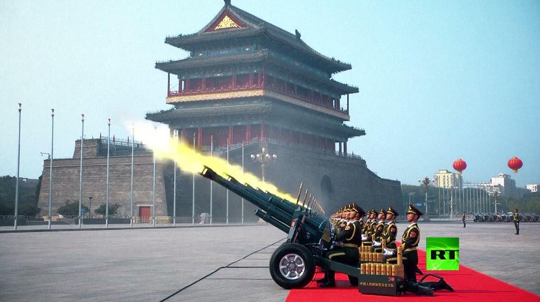 في يوم تأسيس الجيش.. التلفزيون الصيني يبث لقطات من العروض العسكرية السابقة بحضور شي جين بينغ