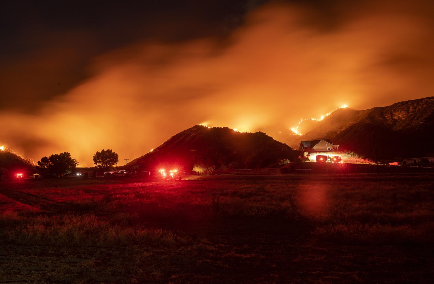 مئات رجال الإطفاء يكافحون حريقا هائلا شرقي لوس أنجلوس