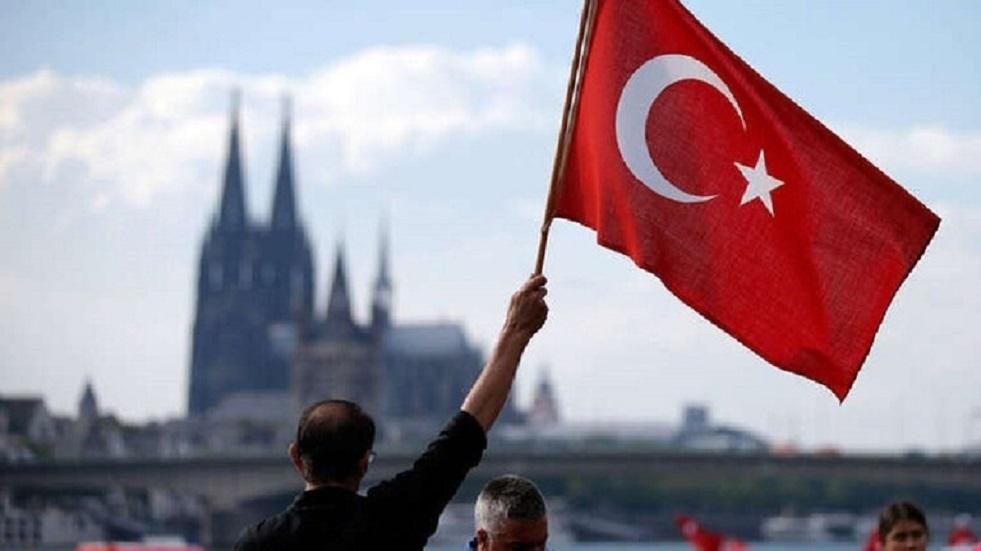 صيّاغ الذهب في تركيا يطرزون كمامات ذهبية للعرائس