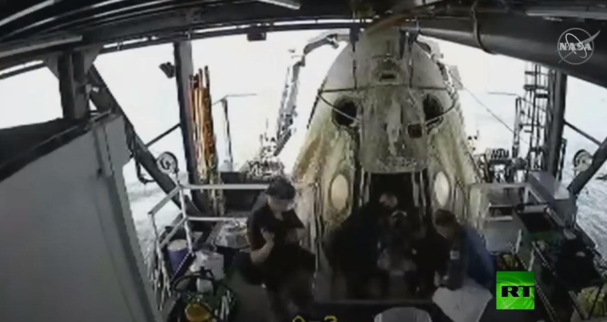 لحظة خروج رائدي الفضاء من كبسولة
