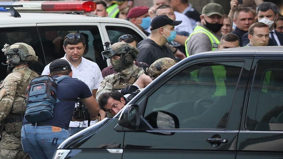القبض على رجل هدد بتفجير عبوة ناسفة في مصرف بكييف (فيديو)