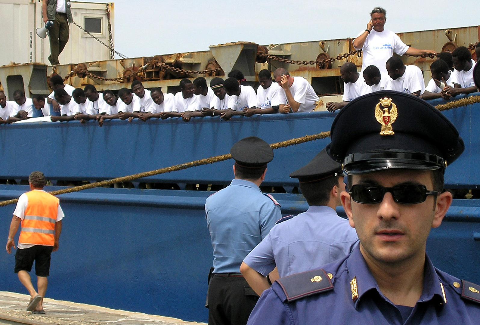 سفينة للمهاجرين في ميناء جزيرة صقلية
