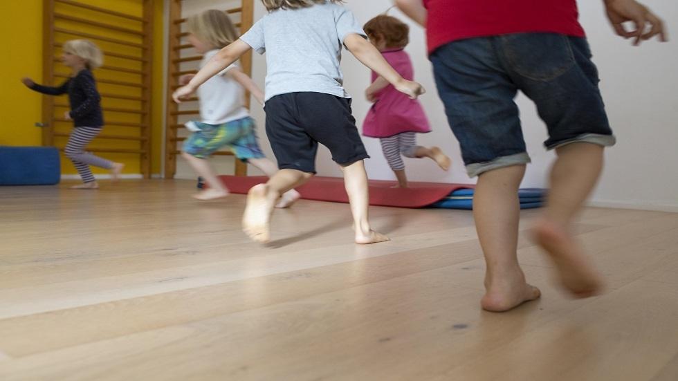 ما خطورة المشي حافي القدمين في المنزل؟