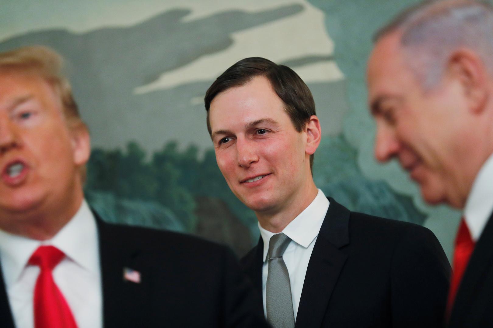 الرئيس الأمريكي دونالد ترامب وصهره جاريد كوشنر، بالإضافة إلى رئيس الوزراء الإسرائيلي بنيامين نتنياهو