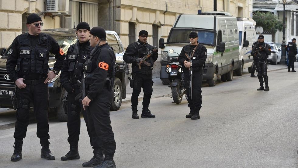 الجزائر.. الأمن يتحرّى عن شابين هددا كهلا بسلاح أبيض وسلبوه