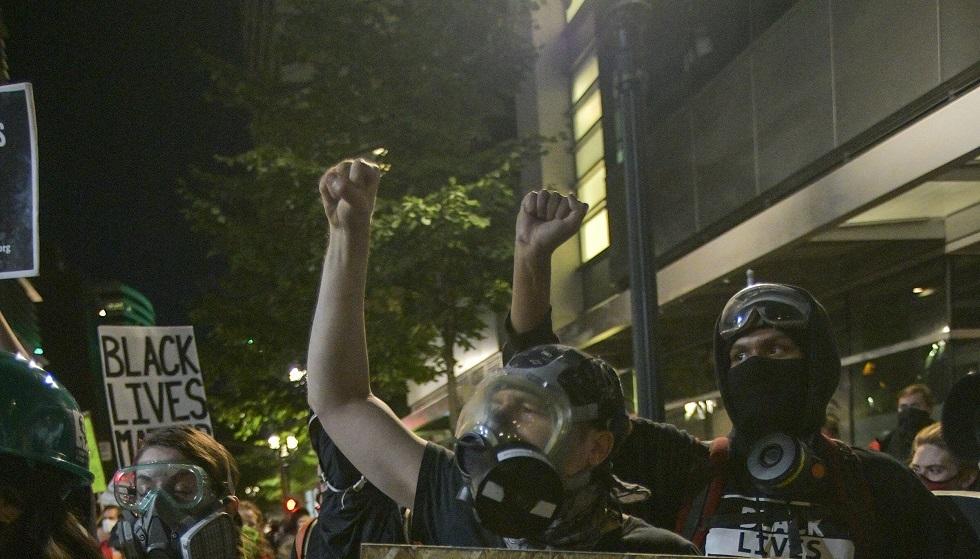 محتجون في بورتلاند الأمريكية يهاجمون مركزا للشرطة