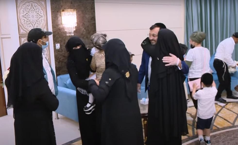 الإمارات تجمع شمل عائلة يمنية يهودية بعد فراق دام 15 عاما (فيديو)