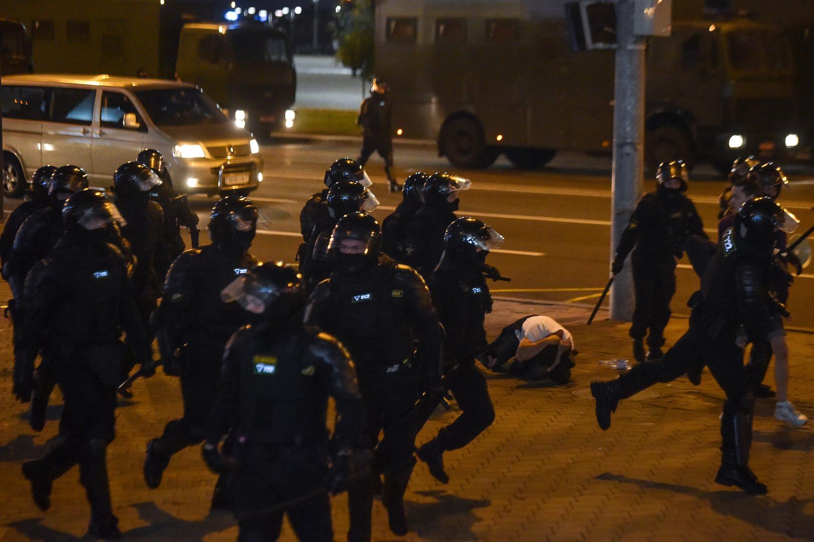 مقتل شخص في الاشتباكات بين الشرطة ومحتجين في عاصمة بيلاروس