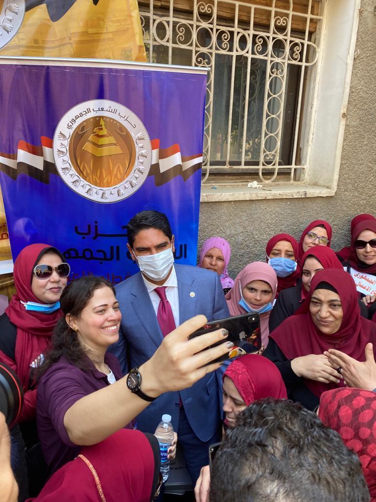 سيدات يستقبلن رجل أعمال مصري مشهور ترشح لمجلس الشيوخ (صور)  استقبال سيدات رجل أعمال مصري مشهور ترشح لمجلس الشيوخ 5f33cb8b42360432db4157b3