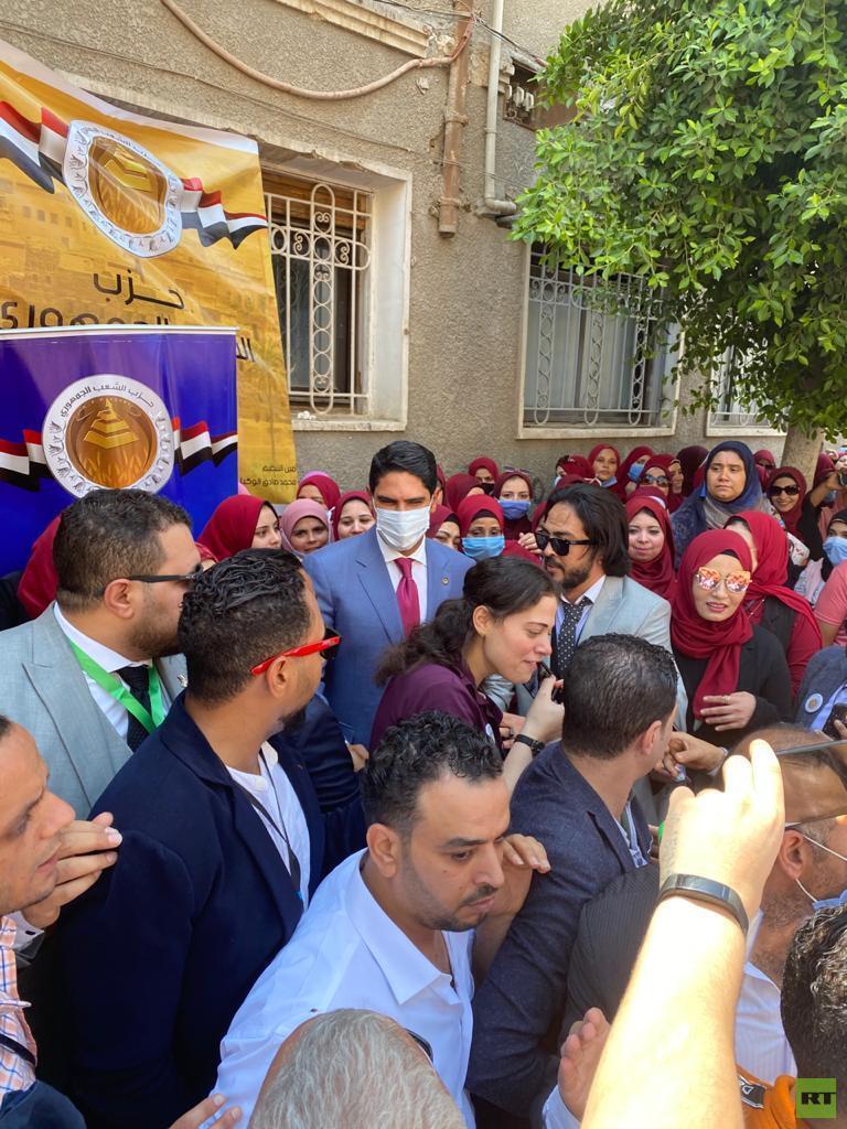 سيدات يستقبلن رجل أعمال مصري مشهور ترشح لمجلس الشيوخ (صور)  استقبال سيدات رجل أعمال مصري مشهور ترشح لمجلس الشيوخ 5f33cba342360435ae7fa1ea