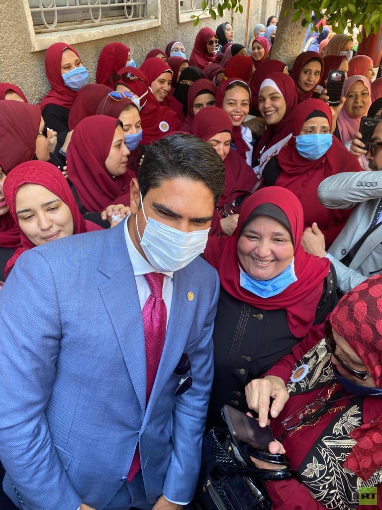 سيدات يستقبلن رجل أعمال مصري مشهور ترشح لمجلس الشيوخ (صور)  استقبال سيدات رجل أعمال مصري مشهور ترشح لمجلس الشيوخ 5f33cbb2423604335e79d553
