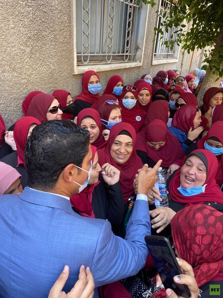 سيدات يستقبلن رجل أعمال مصري مشهور ترشح لمجلس الشيوخ (صور)  استقبال سيدات رجل أعمال مصري مشهور ترشح لمجلس الشيوخ 5f33cbc04c59b721cc5b4d3e