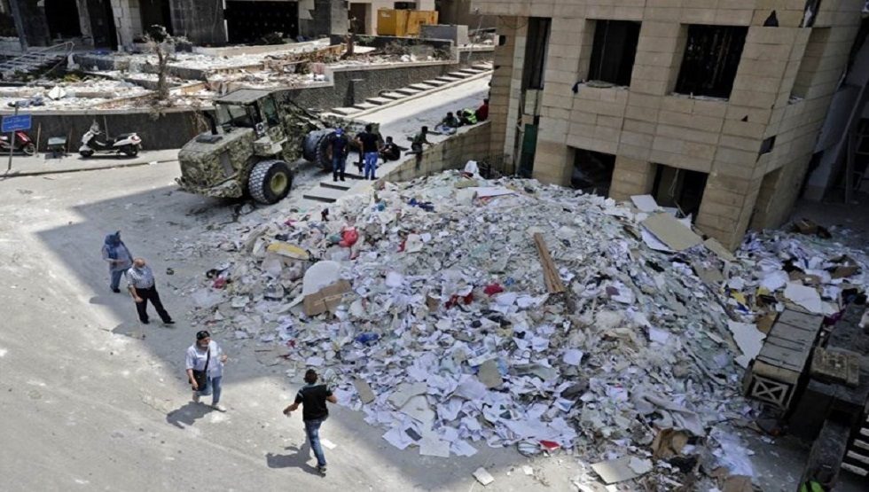 جرافة تزيل الركام الذي خلفه الانفجار الهائل في مرفأ بيروت