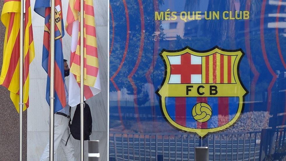 رسميا.. برشلونة يحسم مصير مدربه