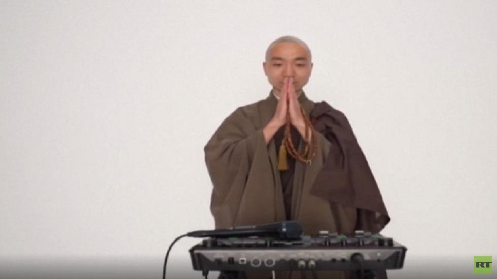 كاهن بوذي يؤدي ترانيم جنائزية بتقنية عصرية