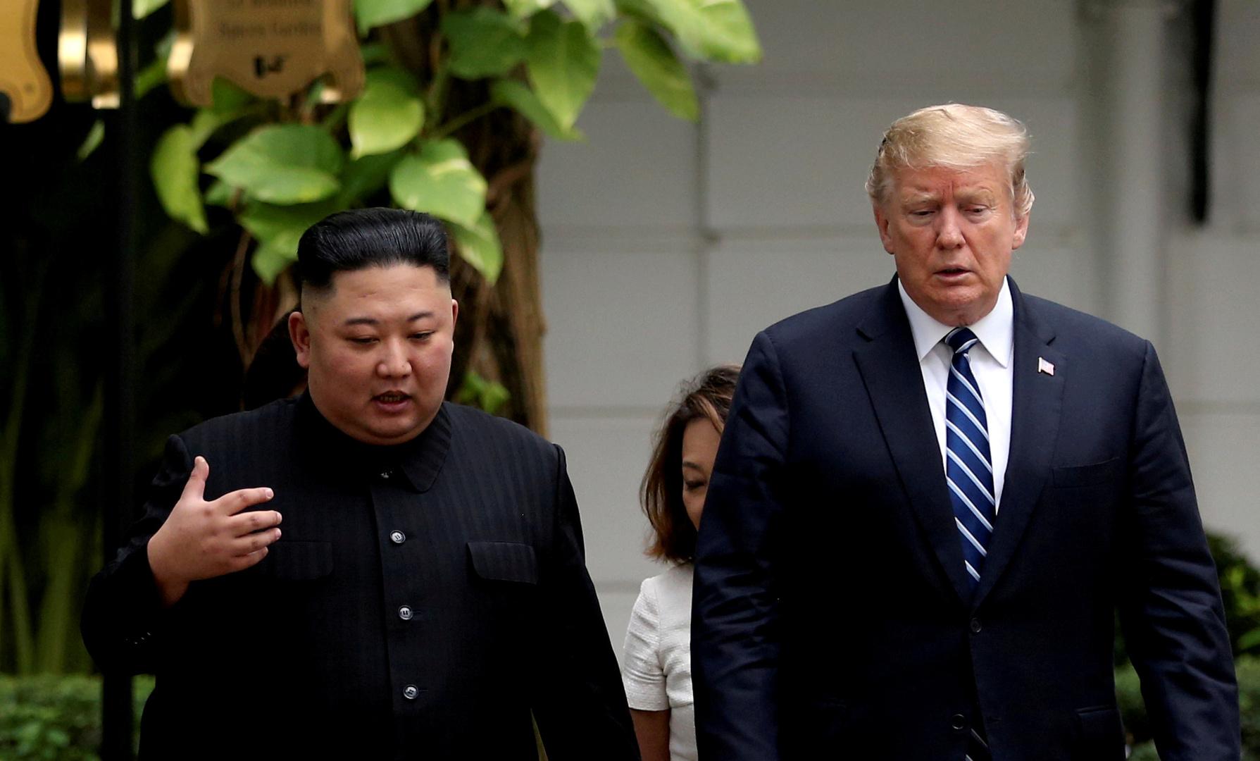 الرئيس الأمريكي دونالد ترامب وزيعم كيا الشمالية كيم جونغ أونى خلال قمتهما الثانية في فيتنام، 29/06/2019