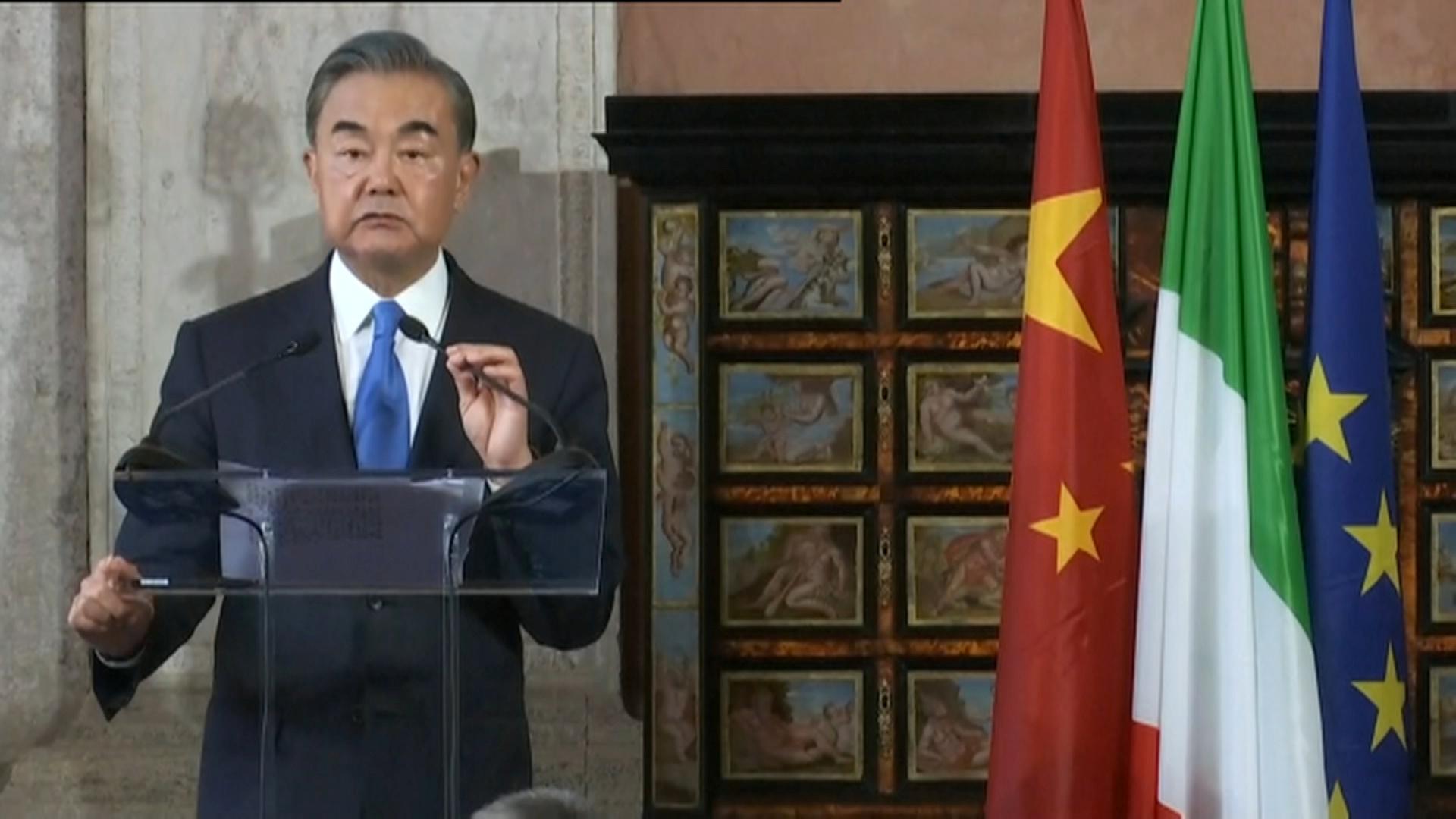وزير الخارجية الصيني، وان إي، في مؤتمر صحفي خلال زيارته إلى روما يوم 25 أغسطس 2020.