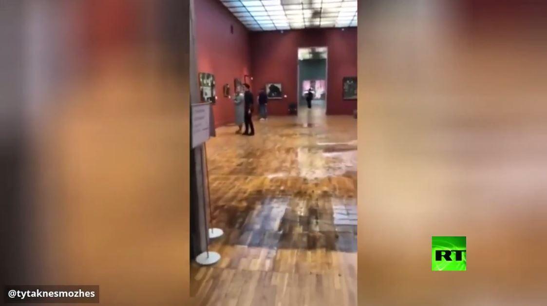 فيضان في مبنى متحف ترتياكوف الجديد بعد أمطار بالعاصمة الروسية