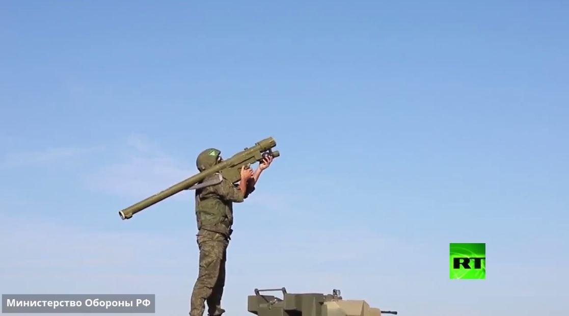 قادة وحدات قوات الدفاع الجوي يضربون أهدافا أثناء مسابقة