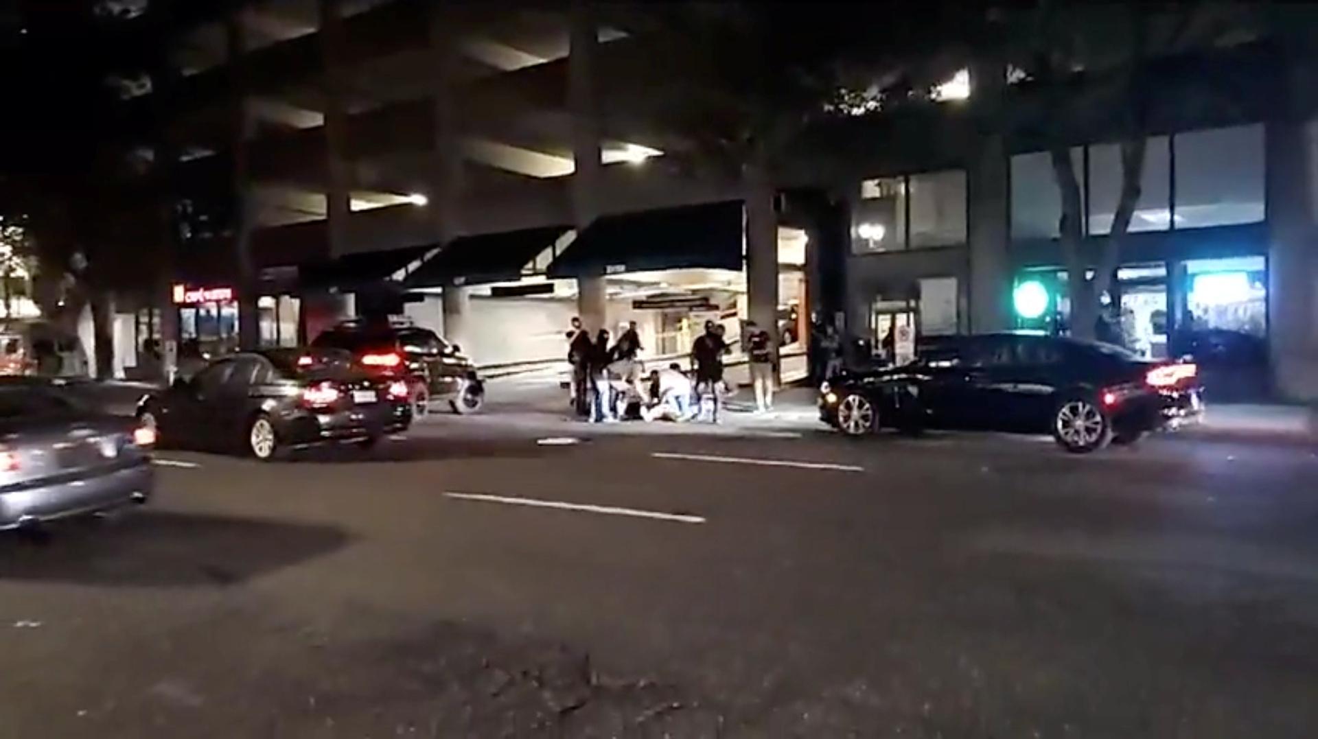 لحظة مقتل شخص جراء اشتباكات بين مناصرين لترامب ومحتجين في بورتلاند الأمريكية