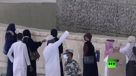 الحجاج في مكة يواصلون رمي الجمرات وسط إجراءات احترازية غير مسبوقة