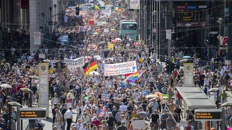 """برلين.. آلاف المحتجين ضد قيود مكافحة كورونا يعلنون """"نهاية الجائحة"""""""