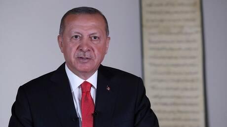 """""""عد للوراء"""".. أردوغان يرتبك في قراءة كلمته"""