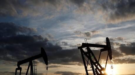 النفط يغلق مرتفعا بدعم من بيانات المصانع في الصين وآمال التحفيز في أمريكا