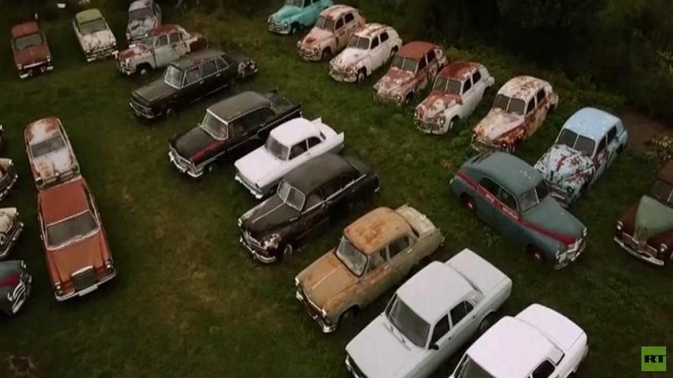 روسي يعرض 300 سيارة سوفييتية في حقله