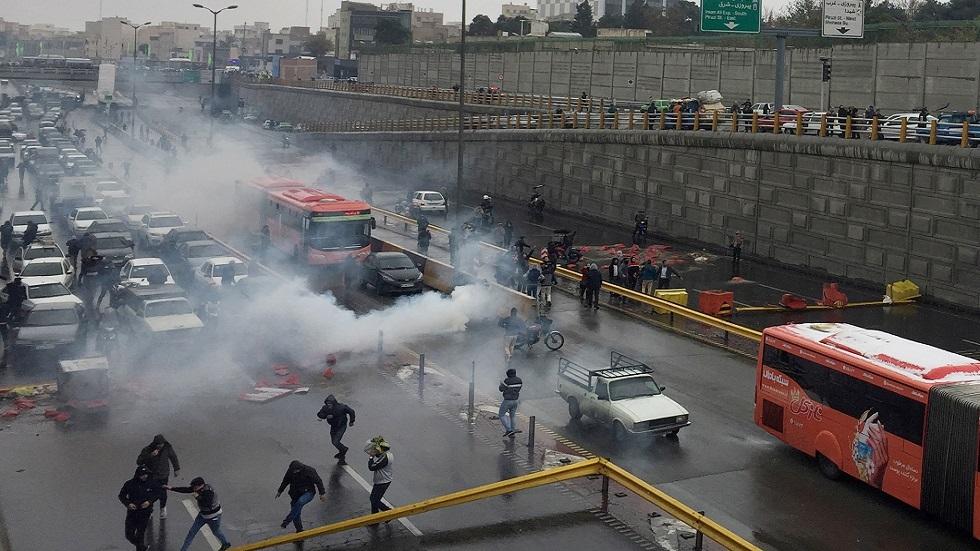 قوات الأمن تفرق محتجين في طهران في نوفمبر 2019