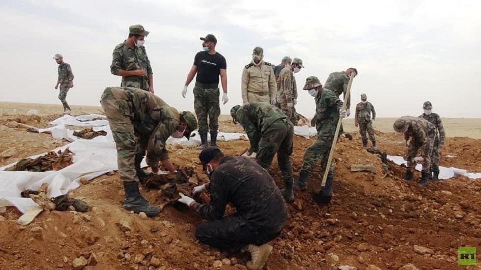 العثور على 57 جثة لجنود سوريين في مقبرة جماعية بريف الرقة