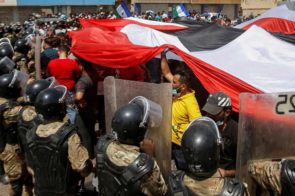 القضاء العراقي يستدعي وزيري الداخلية والدفاع السابقين بشأن مقتل المتظاهرين