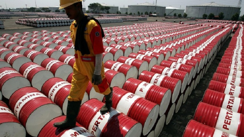 أسعار النفط تواصل الخسارة والخام الأمريكي يهبط بأكثر من دولار