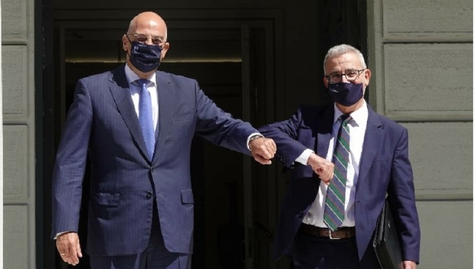 الوزيران المالطي إلى اليمين واليوناني إلى اليسار