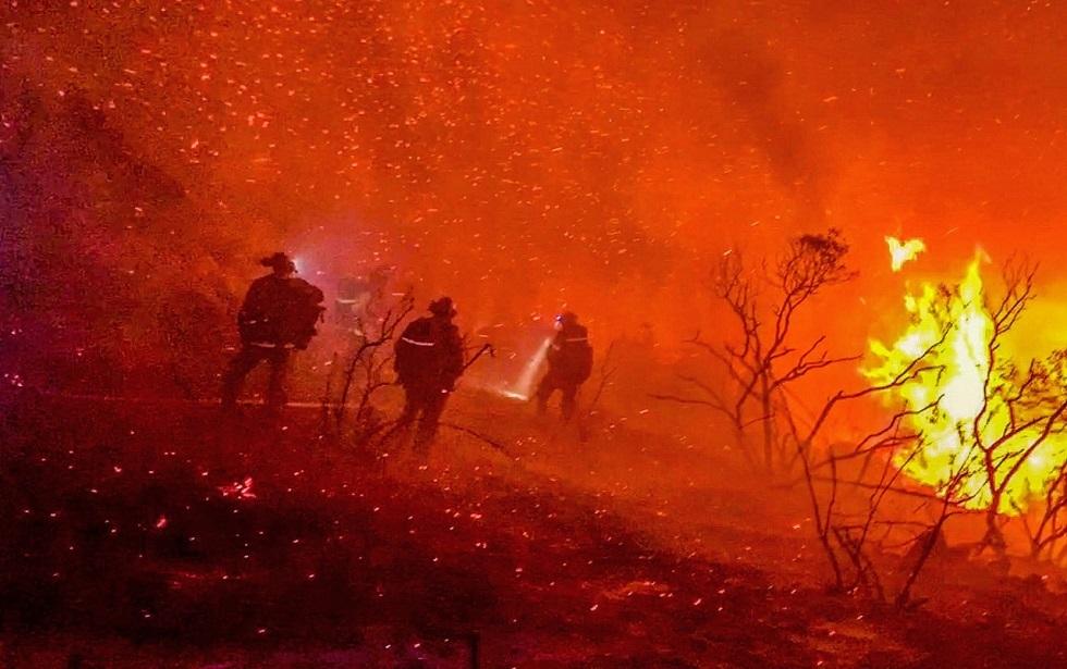 احتدام حرائق غابات في كاليفورنيا مع استمرار موجة حارة عبر الغرب الأمريكي