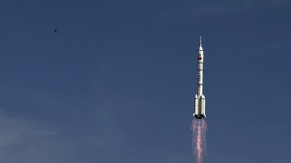 مركبة صينية تطلق أجساما مجهولة في الفضاء ثم تغادر المدار