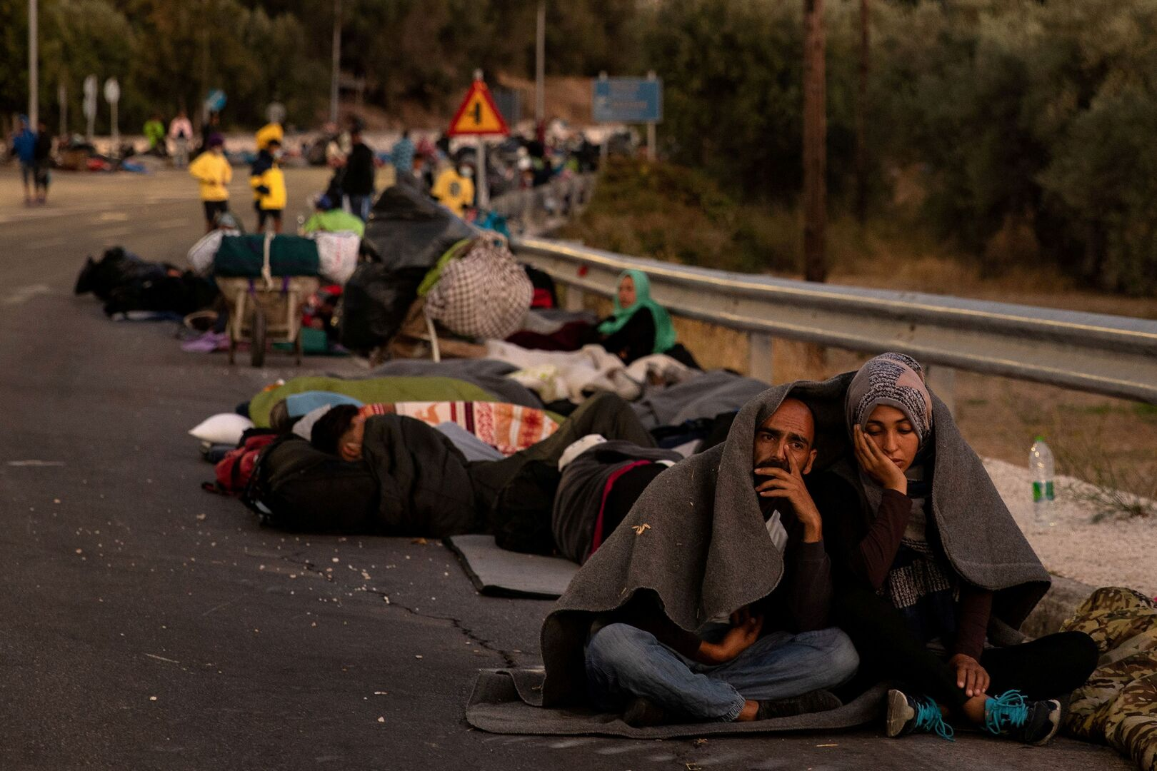اليونان.. آلاف المهاجرين ينامون في العراء بعد احتراق مخيم