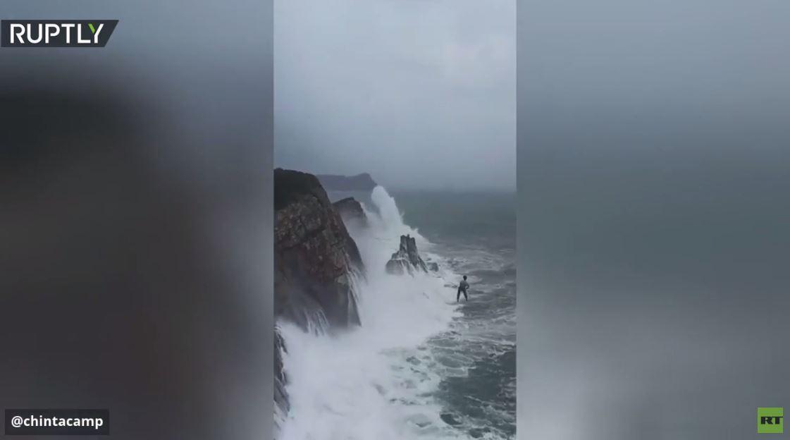 بالفيديو.. المشي على حبل فوق مياه البحر أثناء الإعصار