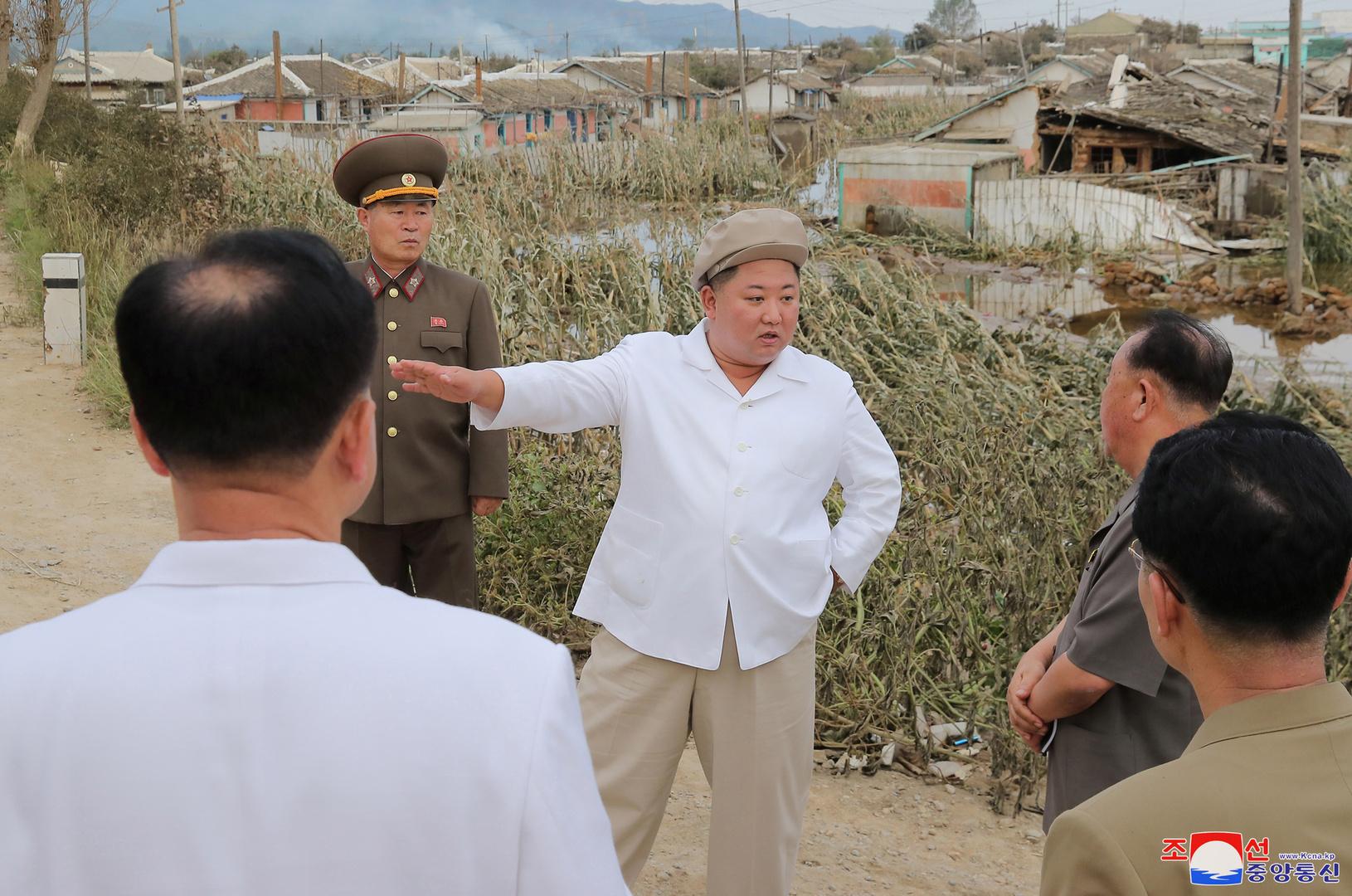 زعيم كوريا الشمالية كيم جونغ أون يتفقد المناطق المتضررة من الأعاصير الأخيرة.